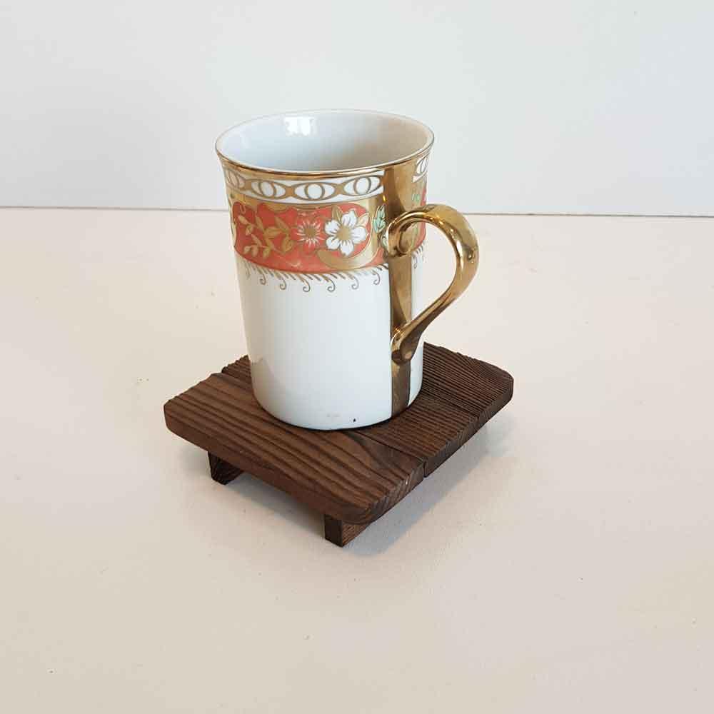 زیرلیوانی چوبی رنگ قهوه ای